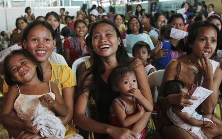 Participants take part in a family planning session in the residential district of Baseco, Manila July 11, 2012. More than 1000 of participants including couples, youths and the needy were provided advice on various family planning methods and were given free contraceptives as part of a fair that celebrated the United Nations' World Population Day, according to the Likhaan non-governmental organisation. REUTERS/Erik De Castro (PHILIPPINES - Tags: HEALTH SOCIETY)